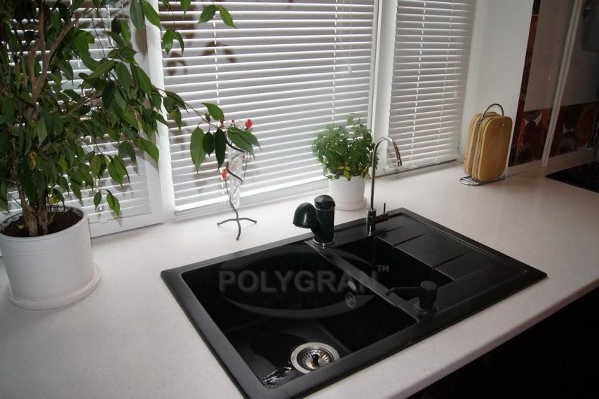 варочная панель у окна на кухне фото показался